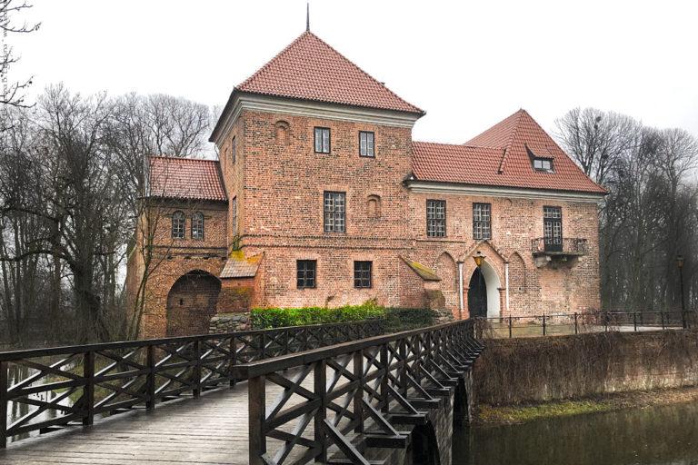 Замок в Опоруве
